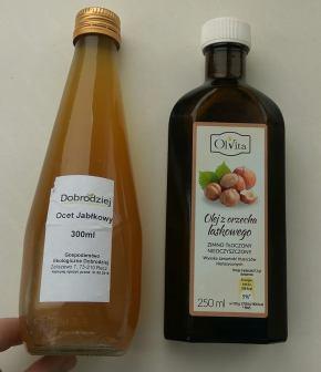 W zależności od nastroju mojego portfela kupuję ocet jabłkowy i olejek z orzechów laskowych od RawBliss, albo robię sobie coś zbliżonego. Może to głupie, nazywać używanie octu zamiast peelingu albo wymieszanie 2-3 składników, zrobieniem sobie kosmetyku, ale niby jak to inaczej nazwać? http://www.nierafinowane.pl/olej-z-orzecha-laskowego/25-olej-z-orzecha-laskowego-zimnotloczony-nieoczyszczony-olvita.html